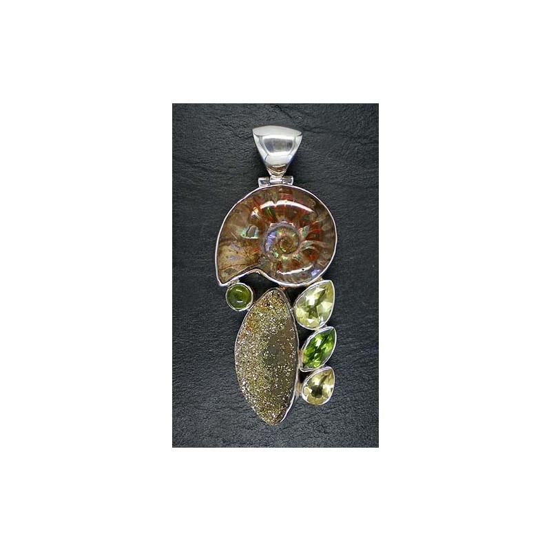 Ammonitanhänger mit Lemontopas, Peridot, Idokras und Spektropyrit