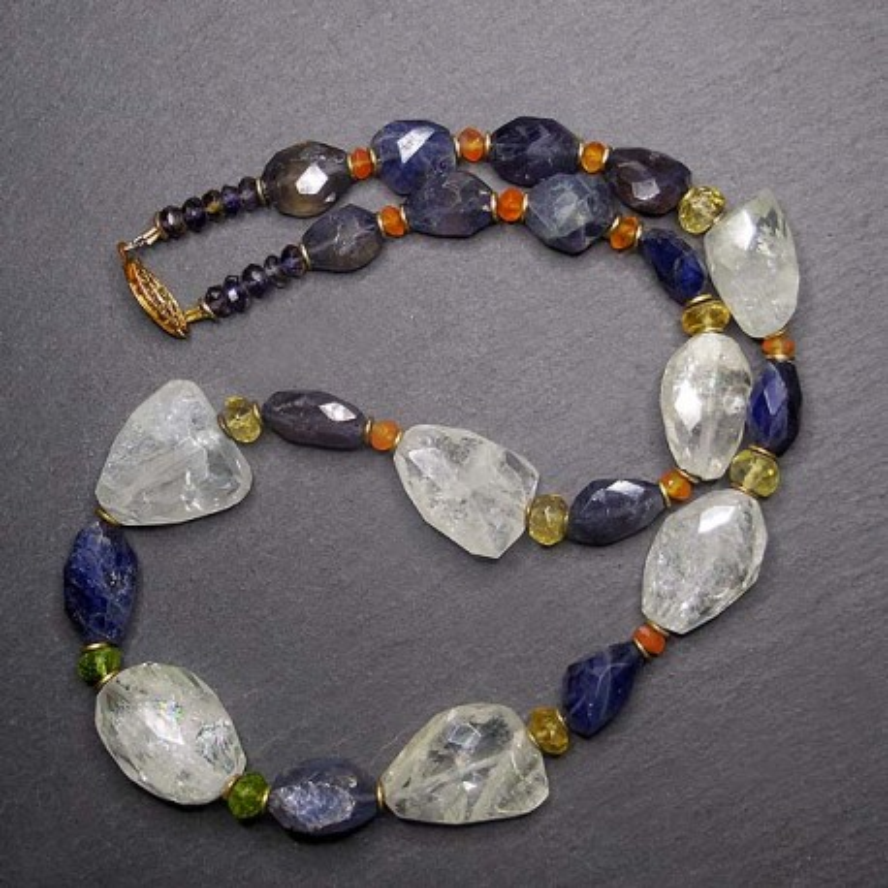 Iolitkette mit Aquamarin, Turmalin, Karneol, Peridot und Gold