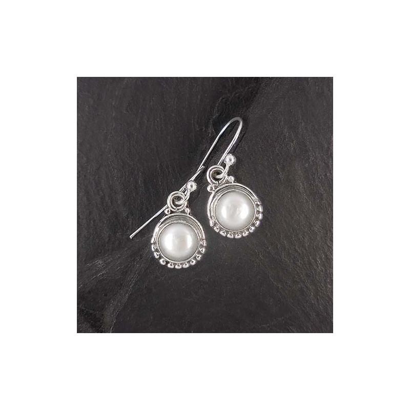 Ohrringe mit weißer Perle