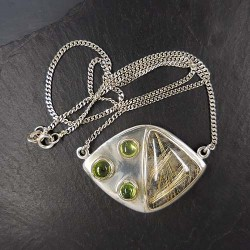 Silbercollier mit integriertem Rutilquarz-Peridot Anhänger